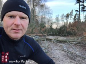 Marcin Hinz w lesie